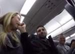 Le anuncian que será papá en un avión en vuelo